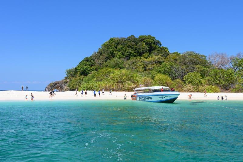 Toeristenreis op wit zandstrand in tropische overzees in Koh Kai, Lipe-eiland royalty-vrije stock foto