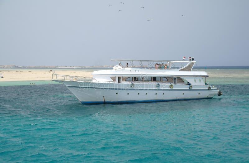 Toeristenschepen in de koraalriffen stock fotografie