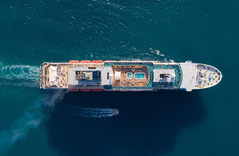 Toeristenschip in het blauwe overzees, luchtmening stock foto's