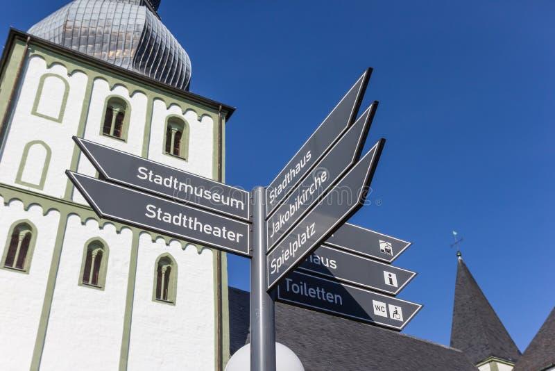 Toeristenteken voor de Marien-kerk in Lippstadt stock foto's