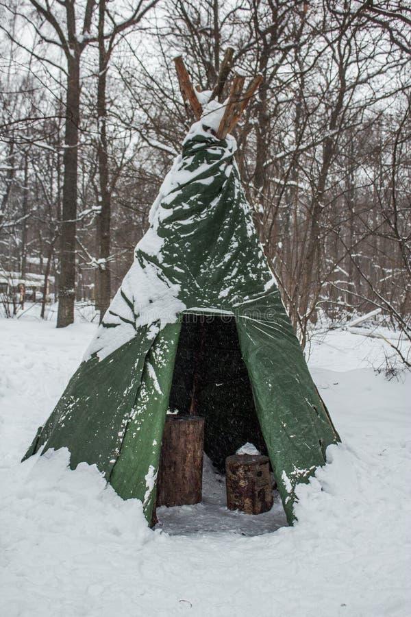 Toeristentent op een de winter sneeuwgebied dat wordt geplaatst royalty-vrije stock afbeeldingen
