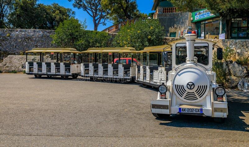 Toeristentrein het wating voor passagiers bij de bovenkant van Kasteelheuvel of stock afbeelding