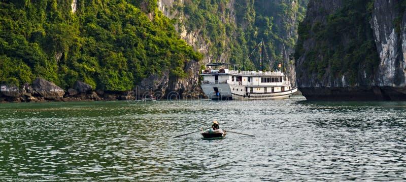Toeristentroep die Halong-overzees van baaieilanden landschap drijven Het van Zuid- rotseilanden Overzees Vietnam van China Plaat royalty-vrije stock afbeelding