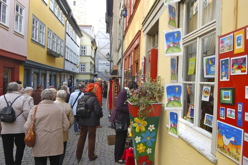 Toeristenvenster die in Erfurt, Duitsland winkelen stock afbeelding