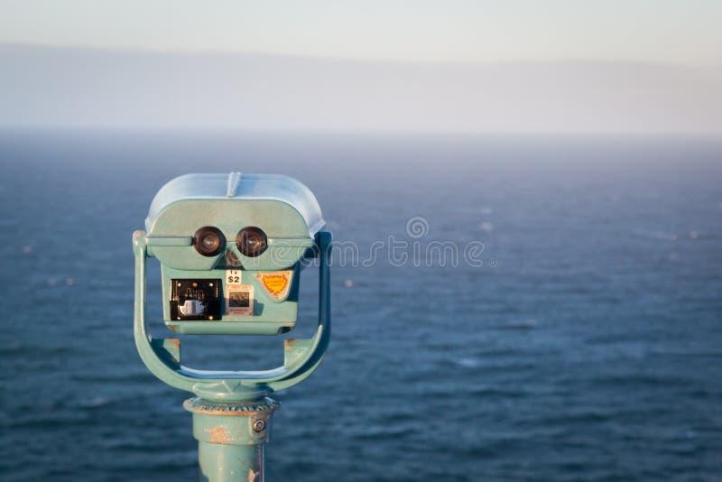 Toeristenverrekijkers die Byron Bay loverlooking stock foto's
