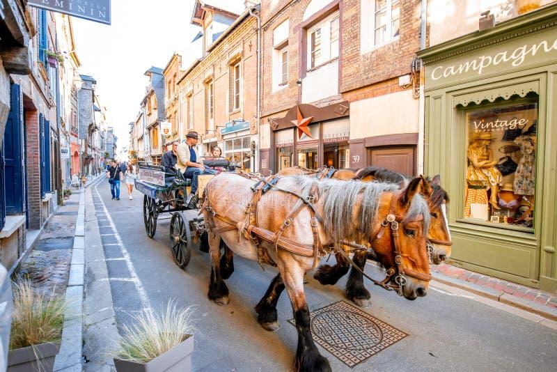 Toeristenvervoer op de straat in Honfleur royalty-vrije stock afbeelding