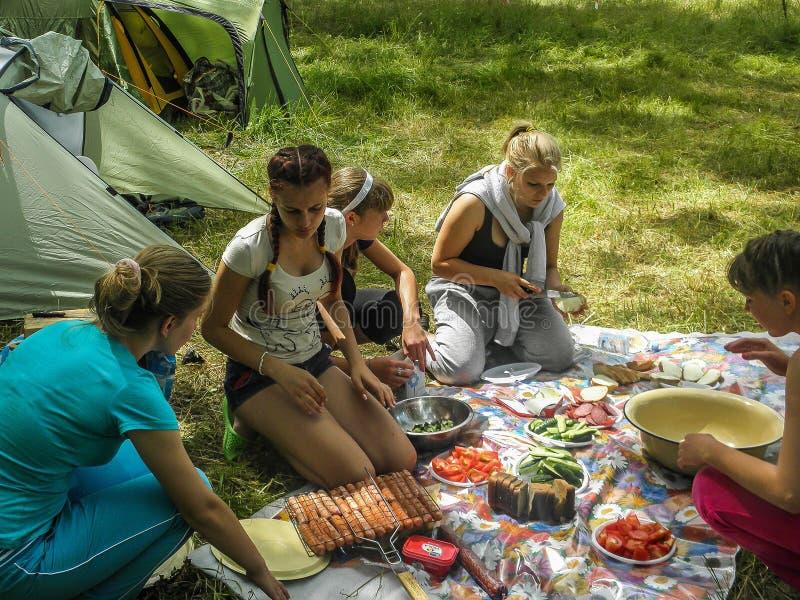 Toeristenverzameling in het Kaluga-gebied van Rusland stock foto's