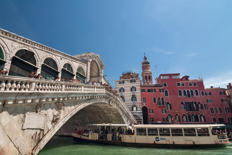 Toeristenvlotter in boot onder Rialto-brug op Grand Canal, Venetië royalty-vrije stock afbeeldingen