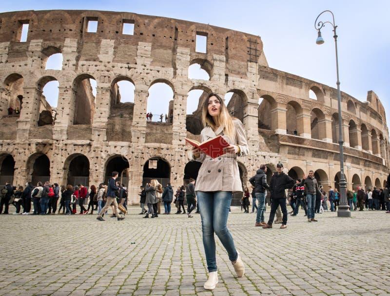 Toeristenvrouw bij colosseummonument in Rome royalty-vrije stock fotografie