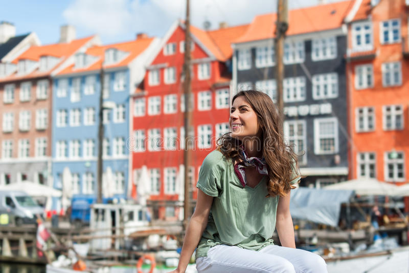 Toeristenvrouw bij de Nyhavn-havenpijler Kopenhagen, Denemarken stock afbeelding