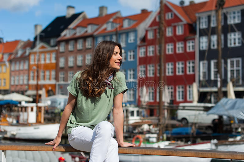 Toeristenvrouw bij de Nyhavn-havenpijler Kopenhagen, Denemarken royalty-vrije stock foto
