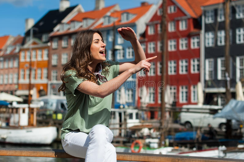 Toeristenvrouw bij de Nyhavn-havenpijler Kopenhagen, Denemarken stock foto