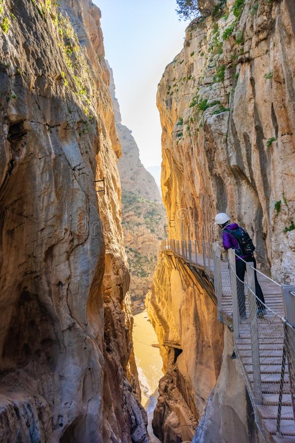 Toeristenvrouw in de toeristische attractie Malaga, Spanje van Gr Caminito del Rey royalty-vrije stock afbeelding