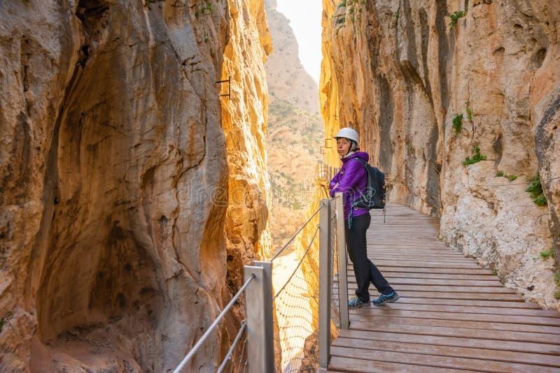 Toeristenvrouw in de toeristische attractie Malaga, Spanje van Gr Caminito del Rey royalty-vrije stock foto's