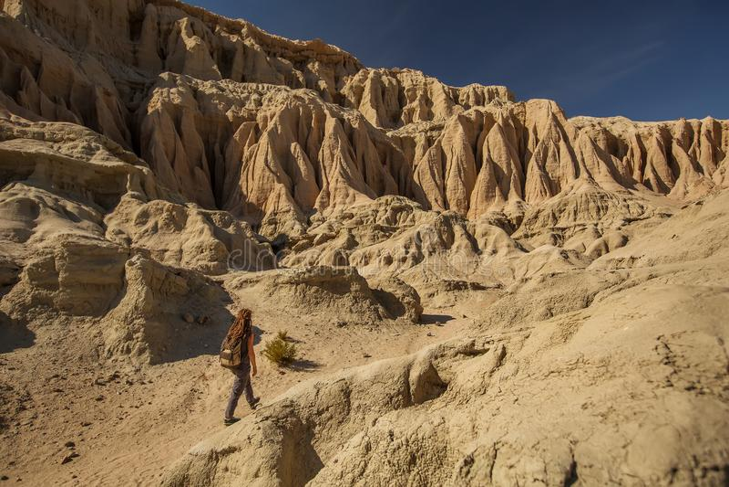 Toeristenvrouw in de woestijn royalty-vrije stock afbeelding