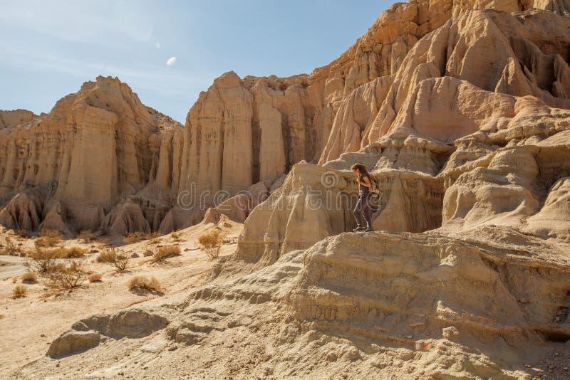Toeristenvrouw in de woestijn stock afbeeldingen