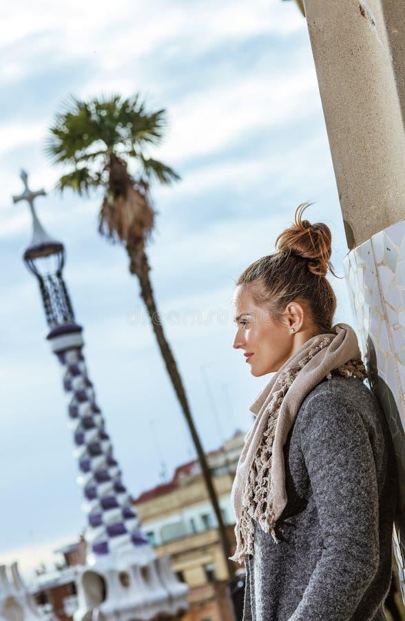 Toeristenvrouw die bij Guell-Park in Barcelona aantrekkelijkheden onderzoeken royalty-vrije stock foto's
