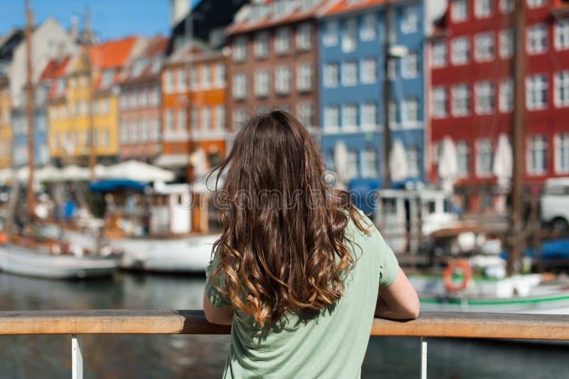 Toeristenvrouw die de gekleurde oude huizen bewonderen royalty-vrije stock fotografie