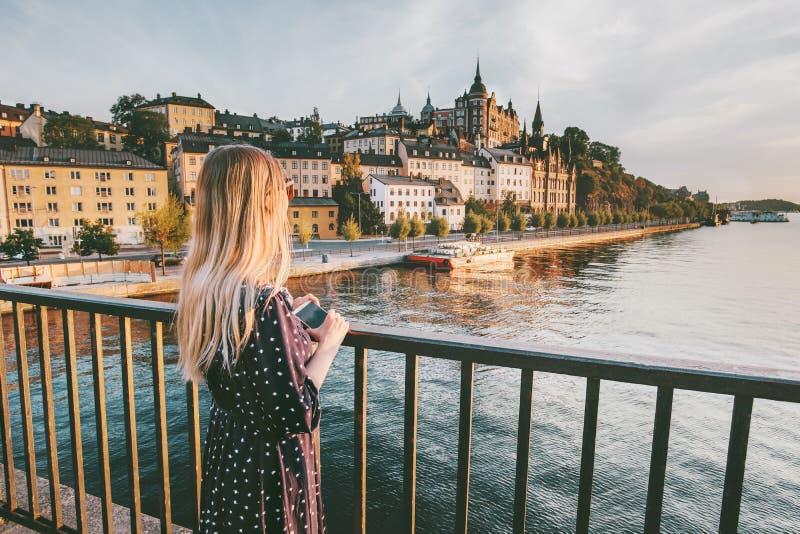 Toeristenvrouw die de stad van Stockholm bezienswaardigheden bezoeken stock afbeelding