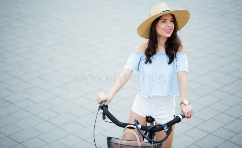 Toeristenvrouw die fiets met behulp van stock foto