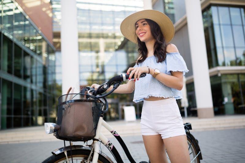 Toeristenvrouw die fiets met behulp van royalty-vrije stock foto