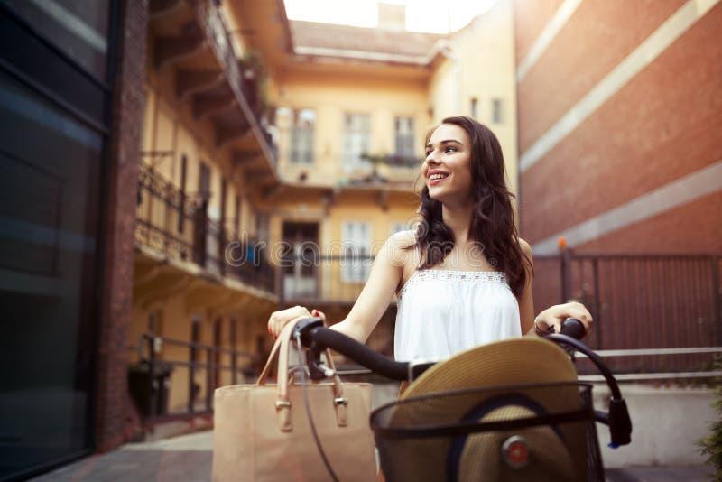 Toeristenvrouw die fiets met behulp van royalty-vrije stock foto's