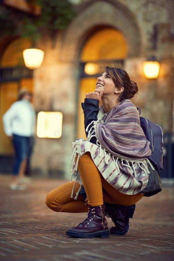 Toeristenvrouw die terwijl het genieten van in vakantie op Itali? reizen stock afbeelding