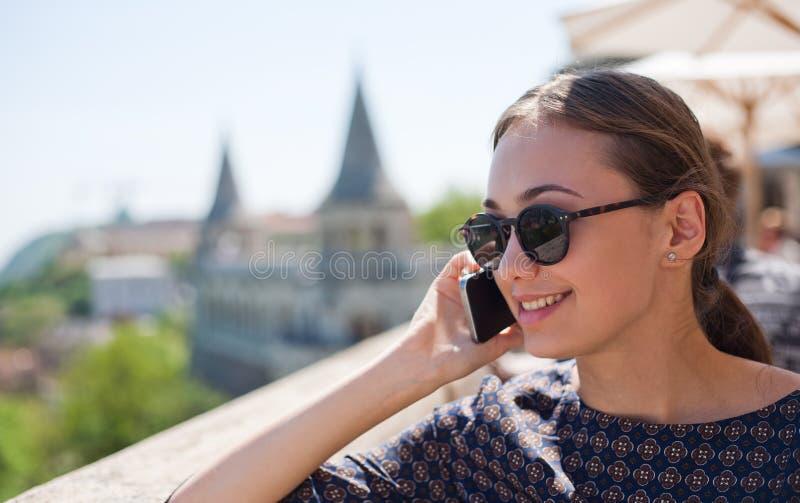 Toeristenvrouw die van de mening genieten stock afbeelding