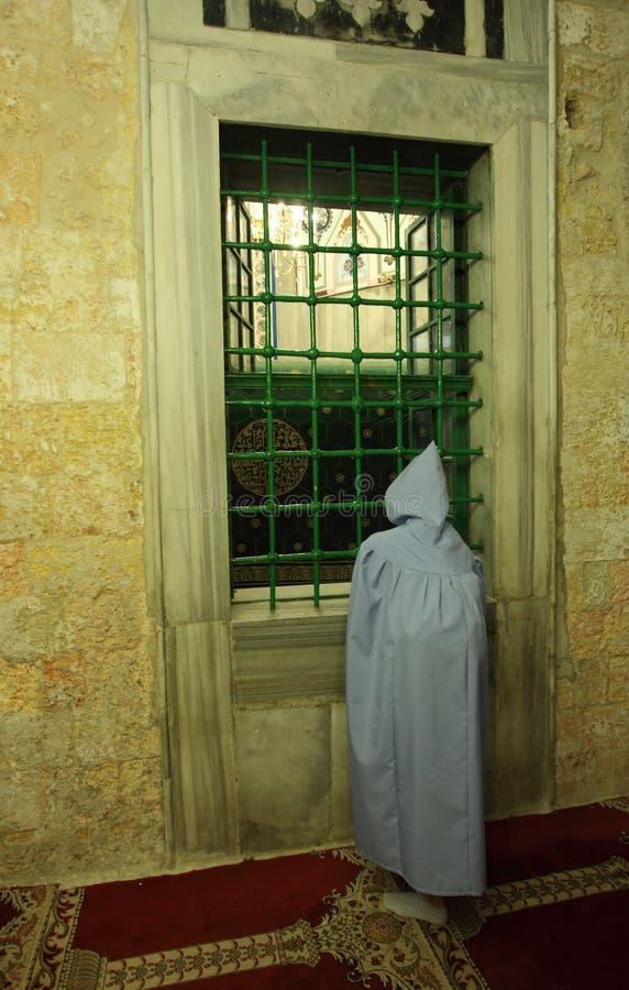 Toeristenvrouw door de Cenotaaf van Abraham stock fotografie