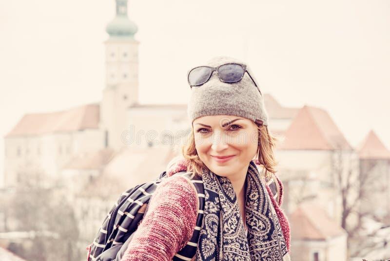 Toeristenvrouw het stellen met Mikulov-Tsjechisch kasteel, stock afbeelding