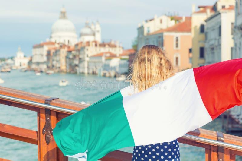 Toeristenvrouw met Italiaanse vlag op de brug op Groot kanaal in Venetië - Italië royalty-vrije stock foto's
