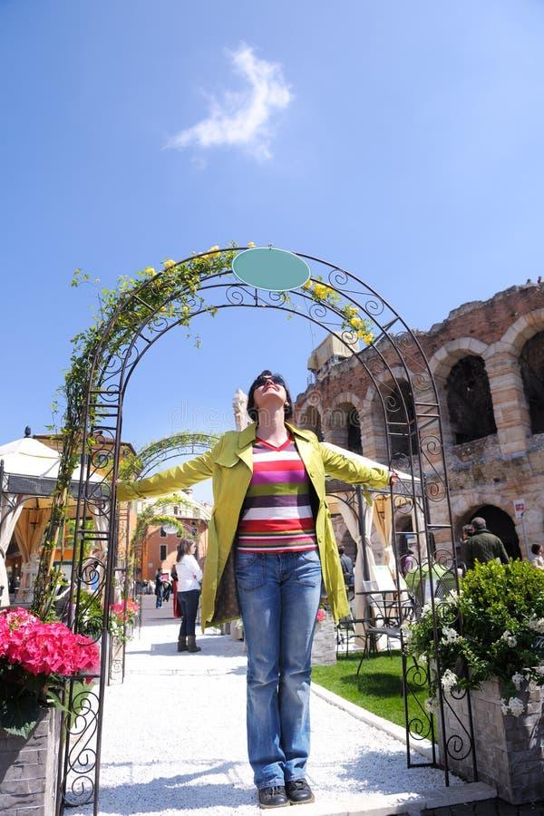 Toeristenvrouw in Verona royalty-vrije stock foto