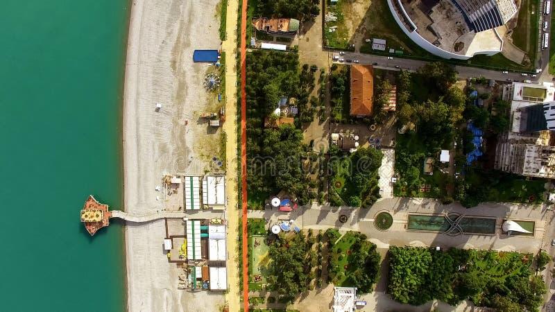 Toeristisch toevluchtgebied, Batumi-de zomerstrand, stadskustlijn, kust groene bomen royalty-vrije stock afbeelding