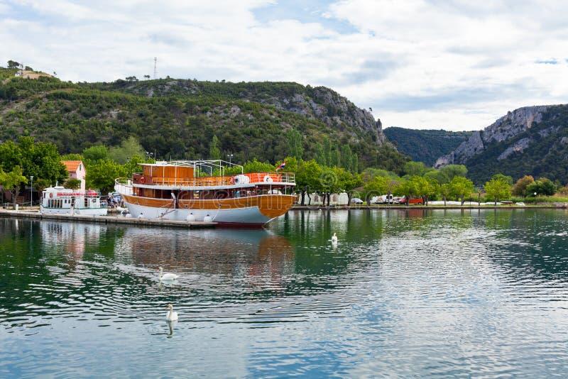 Toeristische boot en zwanen in Skradin, Kroatië royalty-vrije stock afbeeldingen