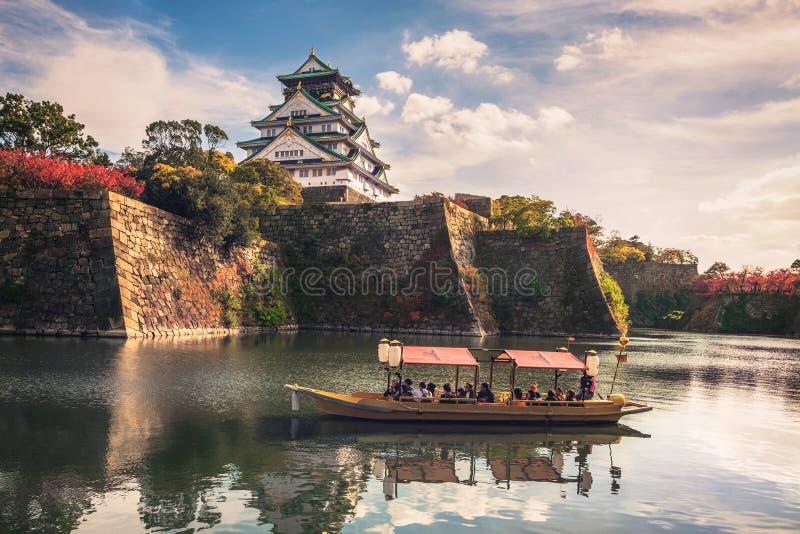 Toeristische boten met toeristen langs de gracht van Osaka Castle, Osaka, Japan stock foto's