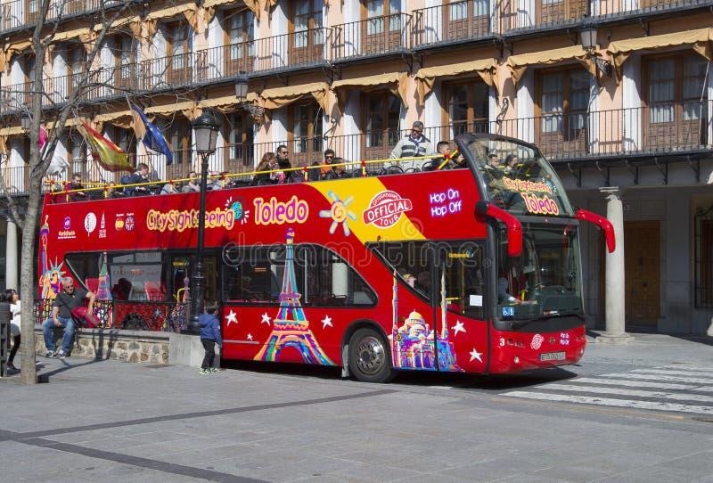 Toeristische bus in Toledo, Spanje Toledo City Tour is de toeristische busdienst die de stad met een audiogids toont stock afbeelding