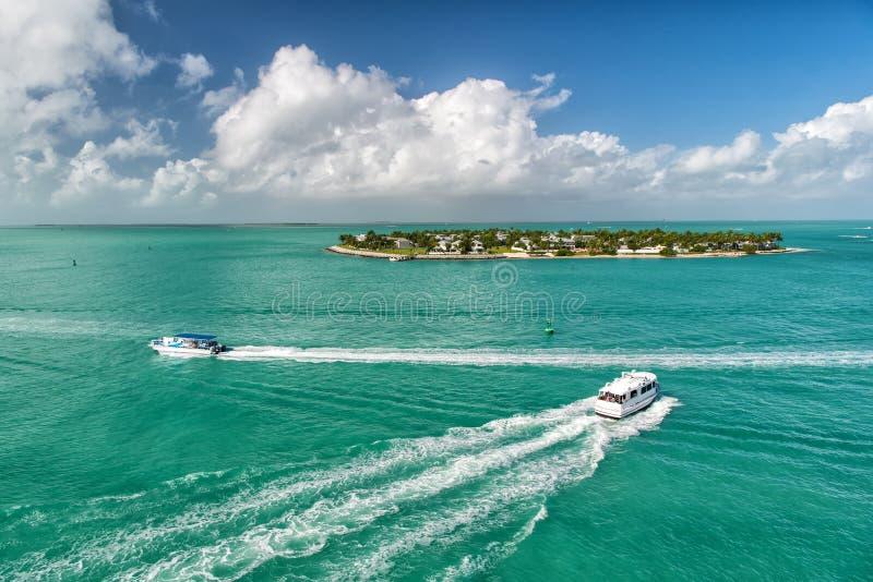 Toeristische jachten die door groen eiland in Key West drijven, Florida royalty-vrije stock afbeeldingen