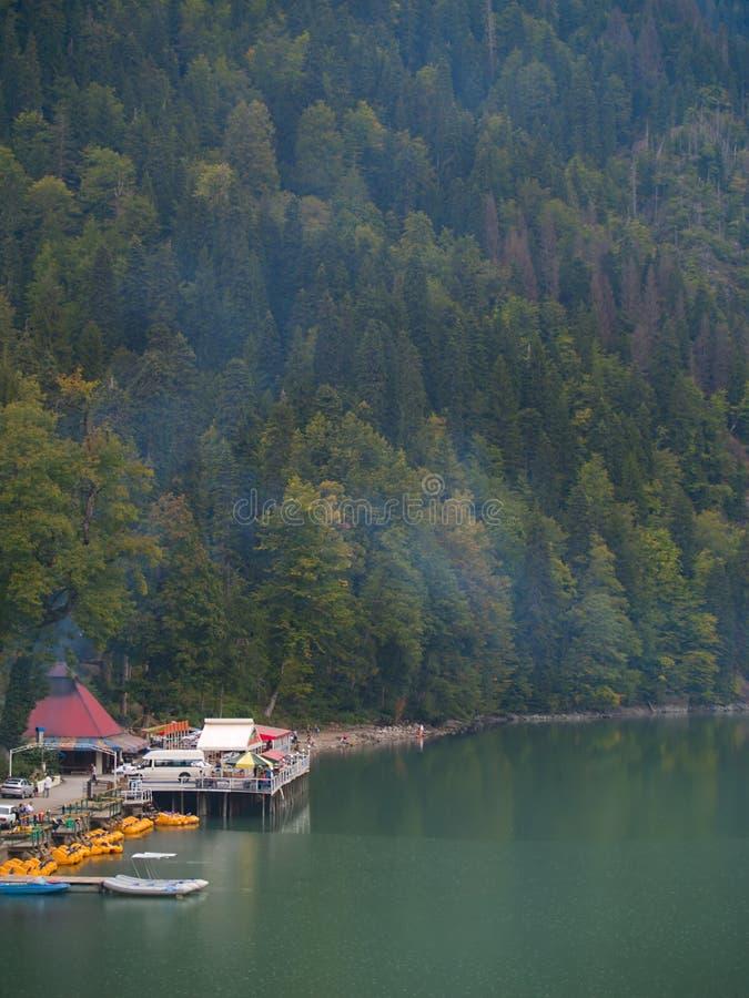 Toeristische plaats op het bergenmeer stock foto