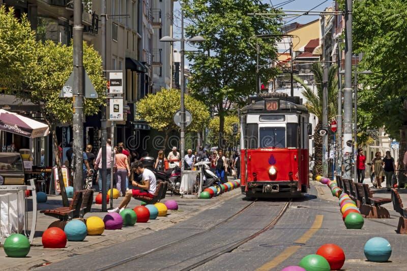 Toeristische reis van Kadikoy naar Moda door een nostalgisch tram in istanbul stock fotografie