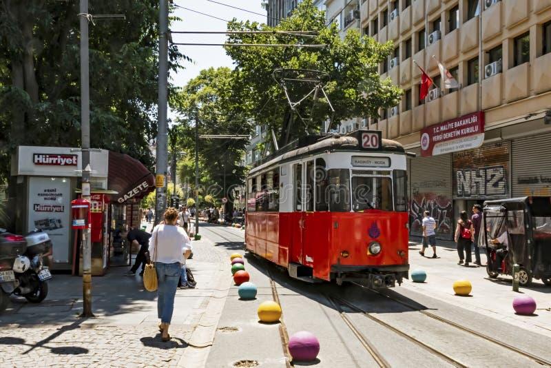 Toeristische reis van Kadikoy naar Moda door een nostalgisch tram in istanbul royalty-vrije stock fotografie