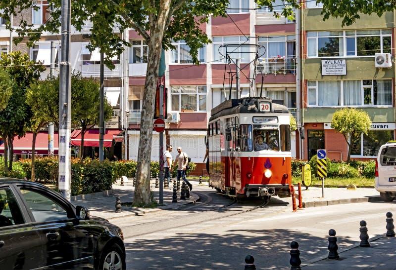 Toeristische reis van Kadikoy naar Moda door een nostalgisch tram in istanbul stock afbeeldingen