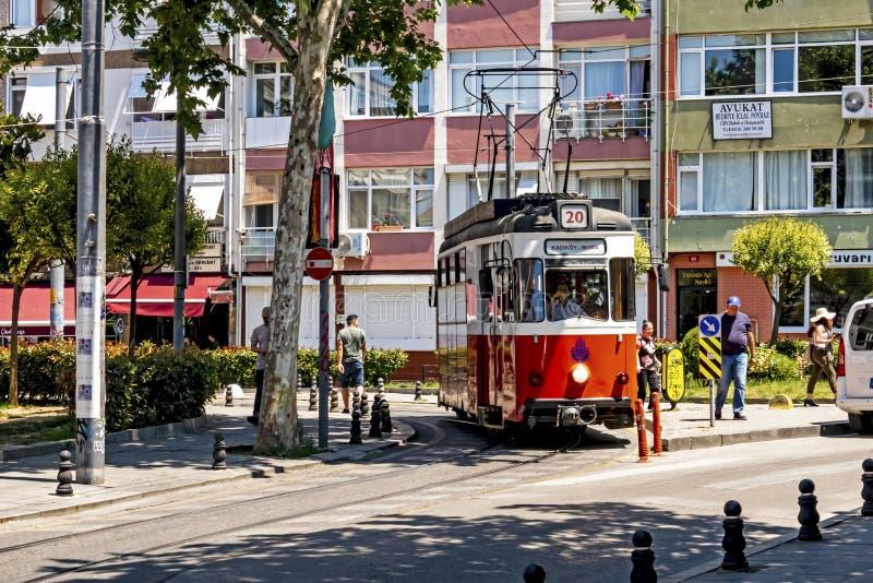 Toeristische reis van Kadikoy naar Moda door een nostalgisch tram in istanbul stock afbeelding