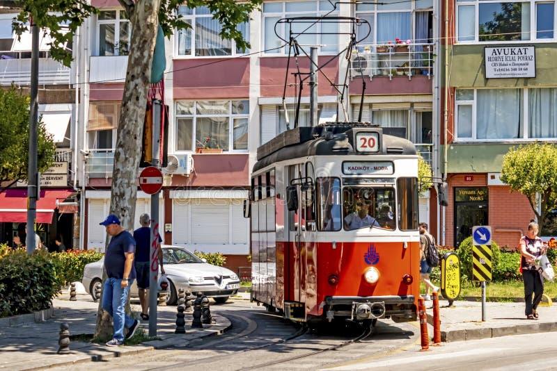Toeristische reis van Kadikoy naar Moda door een nostalgisch tram in istanbul royalty-vrije stock afbeelding