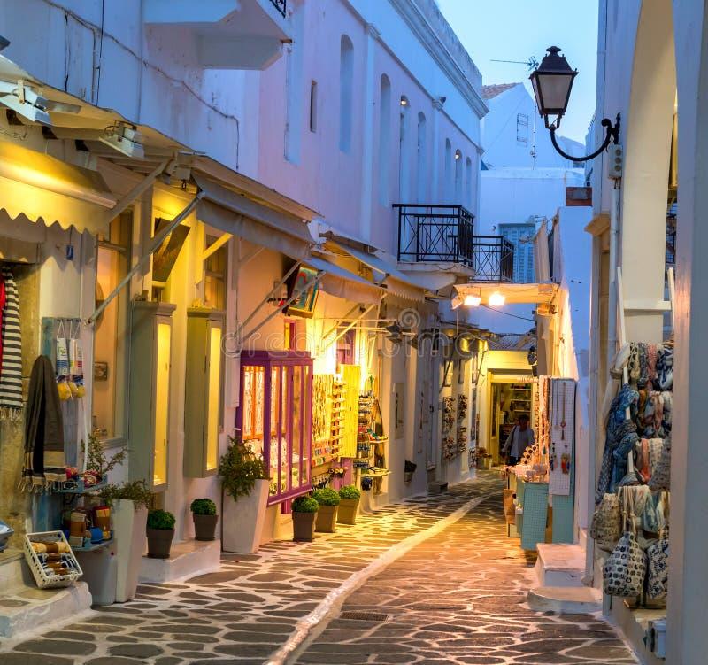 Toeristische smalle straat met herinneringenwinkels in de avond stock foto's
