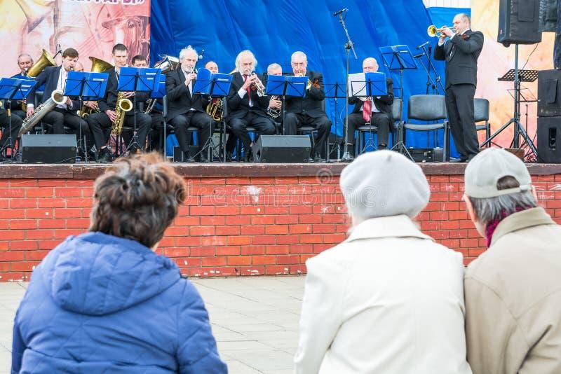 Toeschouwers bij een overleg van het orkest stock fotografie