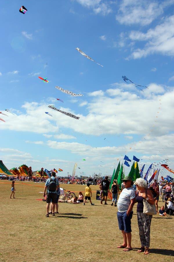 Toeschouwers bij vliegerfestival, Portsmouth, Ht, Engeland royalty-vrije stock afbeelding
