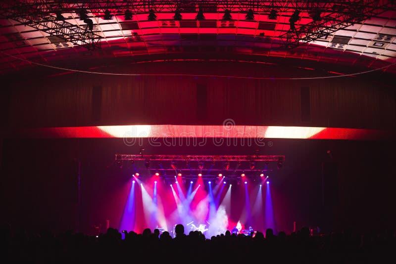 Toeschouwers in de grote concertzaal stock afbeelding
