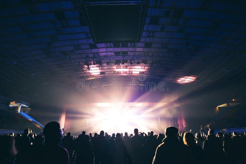 Toeschouwers in de grote concertzaal stock afbeeldingen