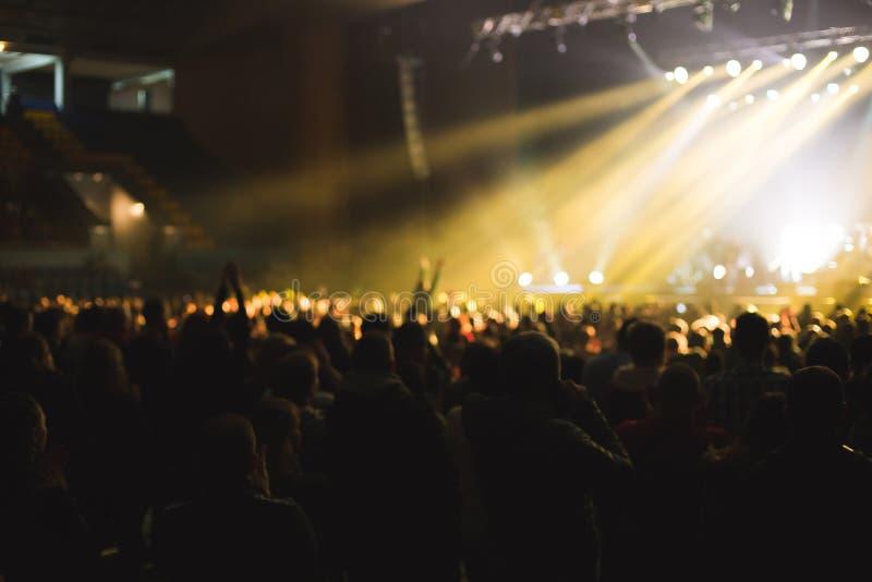 Toeschouwers in de grote concertzaal royalty-vrije stock foto's