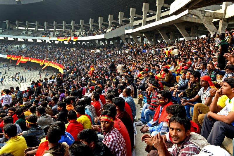Toeschouwers in de stadion het letten op sporten royalty-vrije stock foto